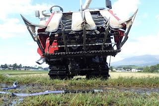 稲刈り直後のコンバインの下回り泥落とし洗車