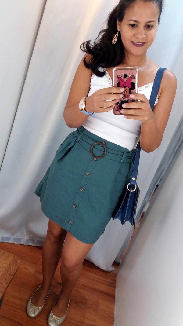 Look-do-dia-com-blusa-branca-e-mini-saia-verde-e-acessórios