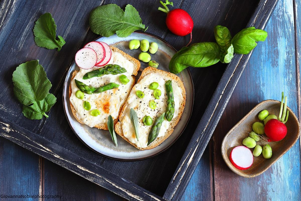 Crostoni con crescenza, asparagi e fave