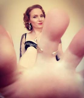 أرباح خيالية فقط باستعراض أقدامها