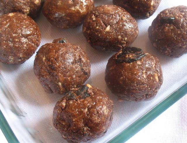 No-Bake Almond and Cocoa Cherry Energy Bites