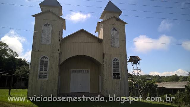 Igreja antiga de madeira, no interior de Chapecó, SC
