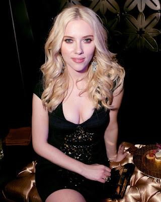Scarlett Johansson rambut pirang dan manis