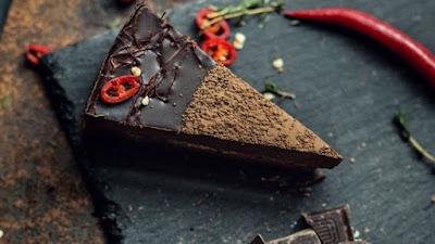 Il cioccolato, uno dei classici cibi afrodisiaci, contiene una rilevante quantità di feniletilamina, una sostanza dalle proprietà simili all'anfetamina che si sviluppa nel corpo quando si è innamorati, oltre che contenere un'altra sostanza che agisce sull'umore.  Il peperoncino, stimola il rilascio di endorfine sostanze in grado di dare un senso di benessere.  Torta al Cioccolato e Peperoncino