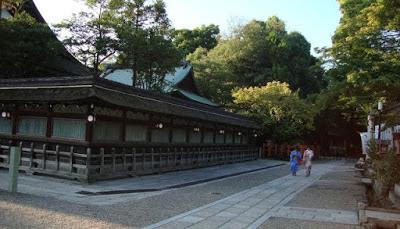 passanti in kimono vicino al tempio