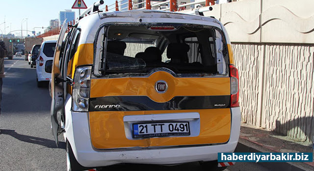 DİYARBAKIR-Diyarbakır'ın Bağlar ilçesinde kamyonun ticari taksiye arkadan çarpması sonucu meydana gelen trafik kazasında 2 kişi yaralandı.