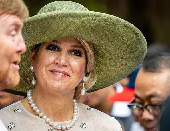 Queen Maxima wore a lace dress from Natan 2018 collection. Sultan of Yogyakarta in his palace Kraton Ngayogyakarta Hadiningrat
