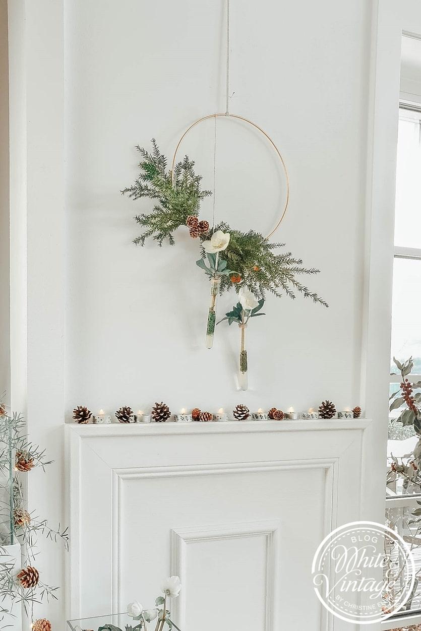 Winterkranz mit Tannengrün und Christrosen