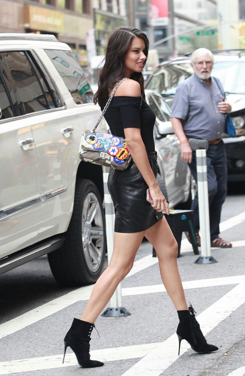 Adriana lima mini skirt, monica sweetheart en sus ratos pajilleros
