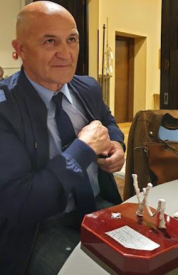 José Luis de la Cruz con el trofeo Vidal Menéndez de matasellos asturianos