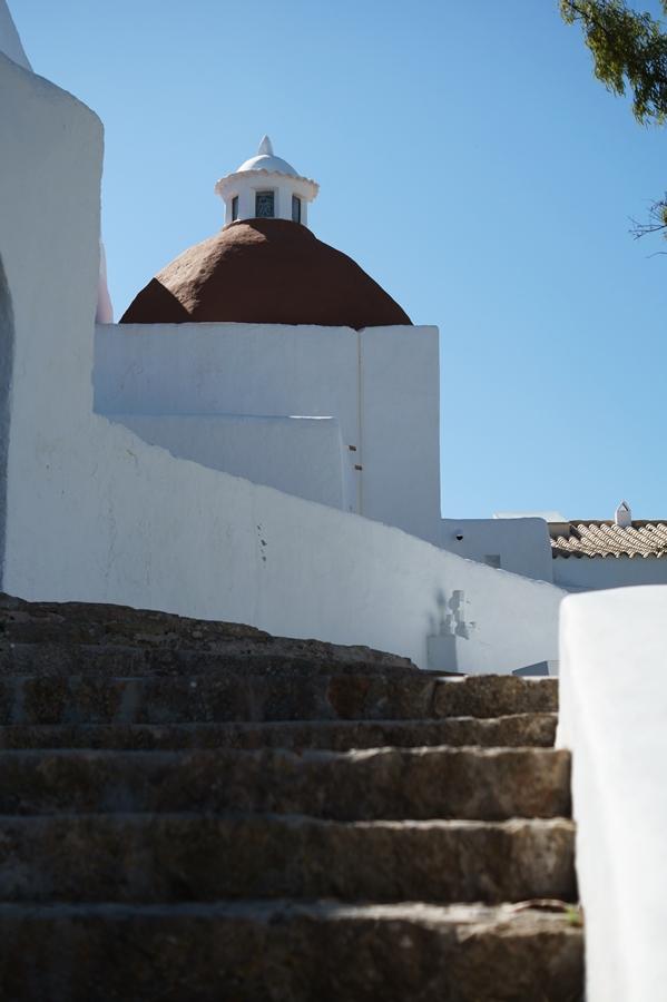 Blog + Fotografie by it's me! - Reisen - La Isla Blanca Ibiza, Santa Eularia - Treppenstufen in der Klosteranlage