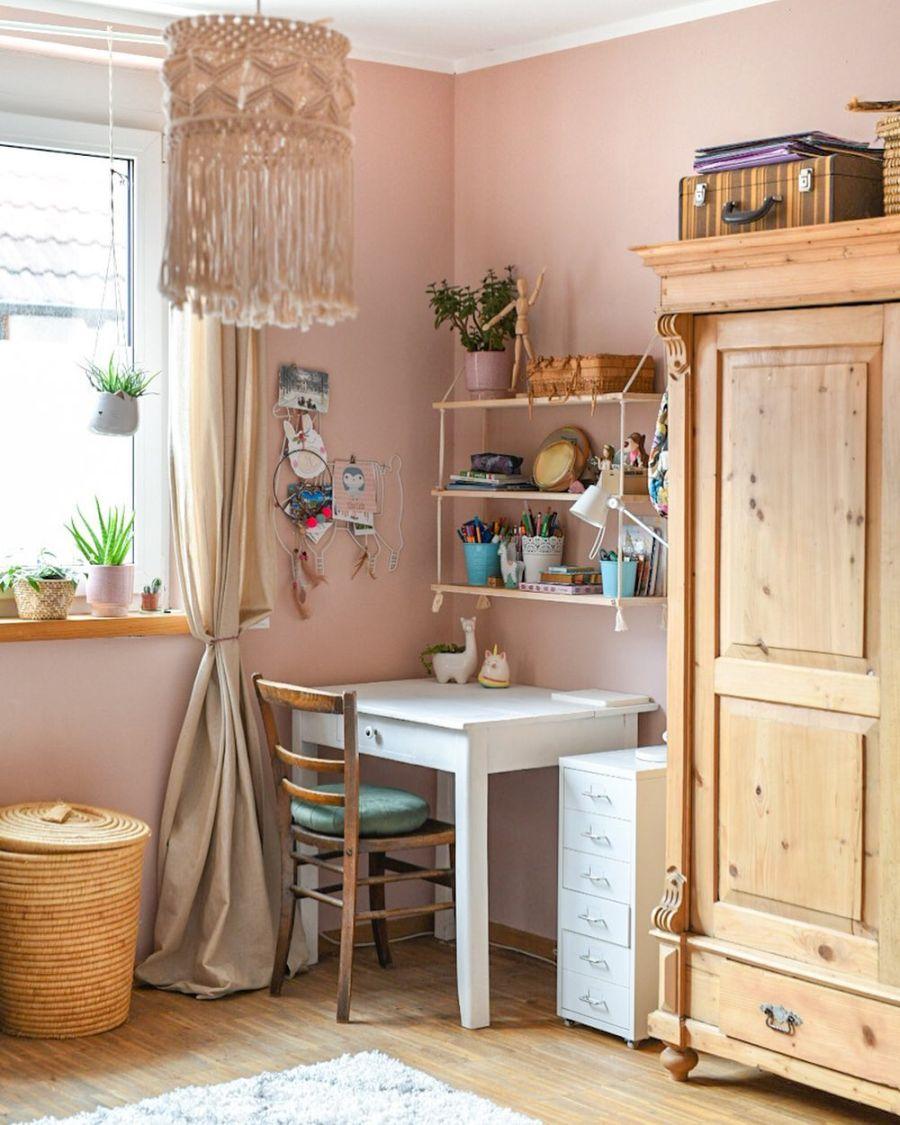 Wiosenne kolory w klimatycznym mieszkanku, wystrój wnętrz, wnętrza, urządzanie domu, dekoracje wnętrz, aranżacja wnętrz, inspiracje wnętrz,interior design , dom i wnętrze, aranżacja mieszkania, modne wnętrza, home decor, styl skandynawski, scandi, scandinavian style,  pokój dziewczynki, biurko, vintage, różowy pokój