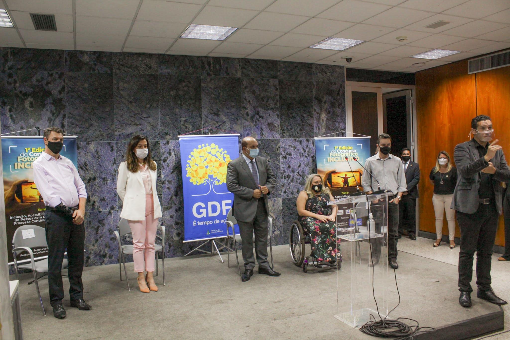 Governador Ibaneis Rocha entrega prêmio ao vencedor do concurso de fotografia inclusiva, Rafael Augusto Matsutacke