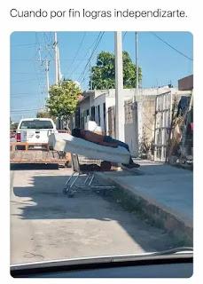 Hombre acostado en una camilla en medio de la calle