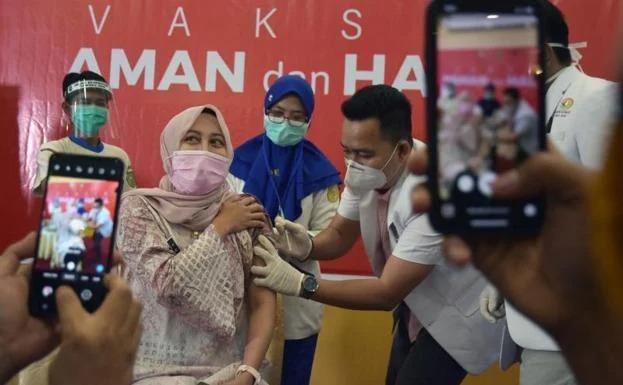 Indonesia incluye a influencers como personas prioritarias para recibir vacuna contra Covid-19
