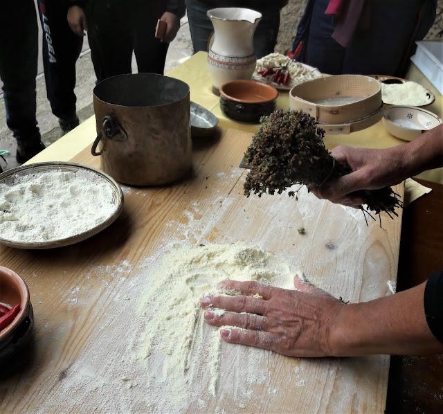 La dromsa il rito della benedizione con l'origano e acqua durante la preparazione fatta da Anna Stratigò