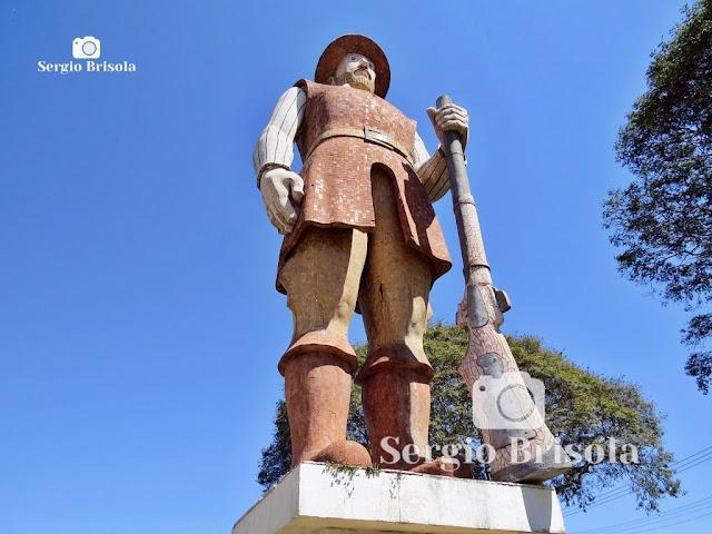 Vista em perspectiva inferior da gigante e famosa Estátua do Borba Gato em Santo Amaro