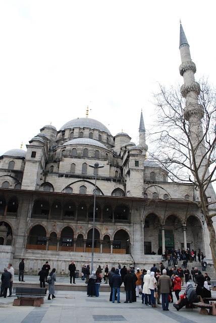 Мечеть Yeni Cami или Новая мечеть (Новая мечеть Валиде Султан), Стамбул, Турция.