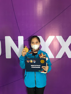 Lifter Putri Jambi, Juliana Klarisa mempersembahkan medali emas pertama dari cabor angkat besi PON XX Papua 2021.