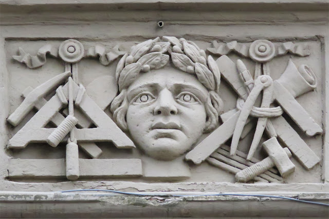 A curious decoration, Via Marradi, Livorno