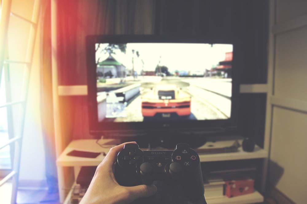 Bermain PlayStation Sendiri di Kamar