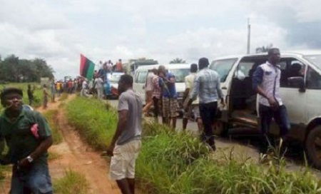 Daring Thousands Of IPOB Members Move En-mass To Kanu's House To Confront Nigerian Soldiers