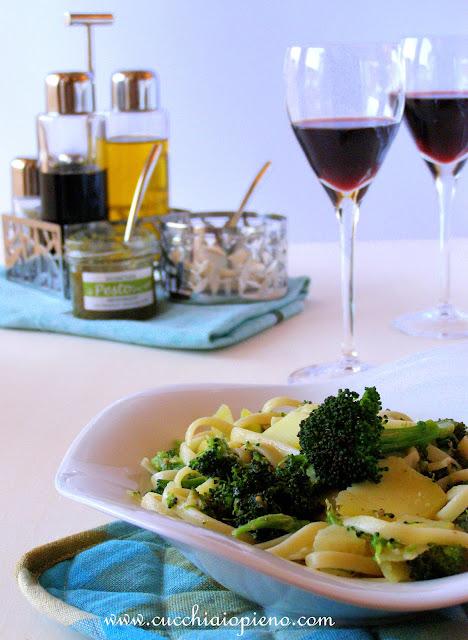 Macarrão com brócolis e o delicioso pesto de manjericão