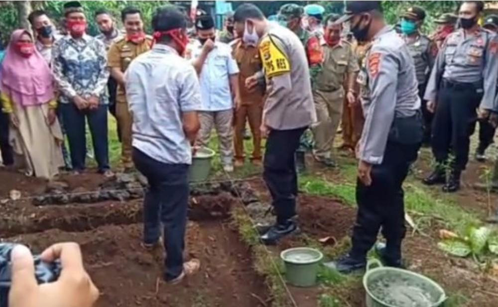 Peletakan Batu Pertama Oleh Kapolres Lamtim Dalam Rangka HUT Bhayangkara Ke-74