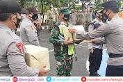 PPKM Mikro, Polres Pangkep Bagikan Ratusan Paket Bansos ke Masyarakat