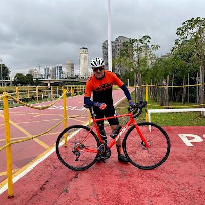 O empresário Raul Fernandes Jr com uma KTM Revelator Alto Elite - Foto: Divulgação