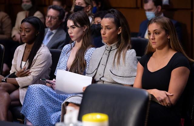 Simone Biles, McKayla Maroney, Aly Raisman e Maggie Nichols sentadas em auditório do Senado dos Estados Unidos