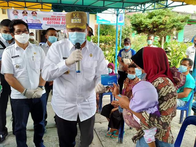 Bupati Dairi Serahkan BST APBD Dairi pada Masyarakat Sidiangkat