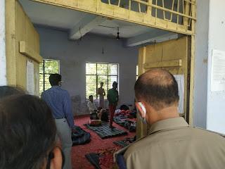 उरई में महारष्ट्र से आये क्वारेन्टाइन किये गये व्यक्तियों को चेक कर आवश्यक दिशा निर्देश दिये  -अपर जिलाधिकारी जालौन Checking the quarantined persons who came from Maharastra in Orai and gave necessary guidelines - Additional District Magistrate Jalaun   संवाददाता, Journalist Anil Prabhakar.                 www.upviral24.in