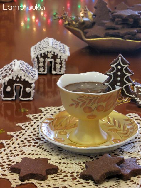 Χριστουγεννιάτικα μπισκότα σοκολάτας και σοκολατένιο ρόφημα.