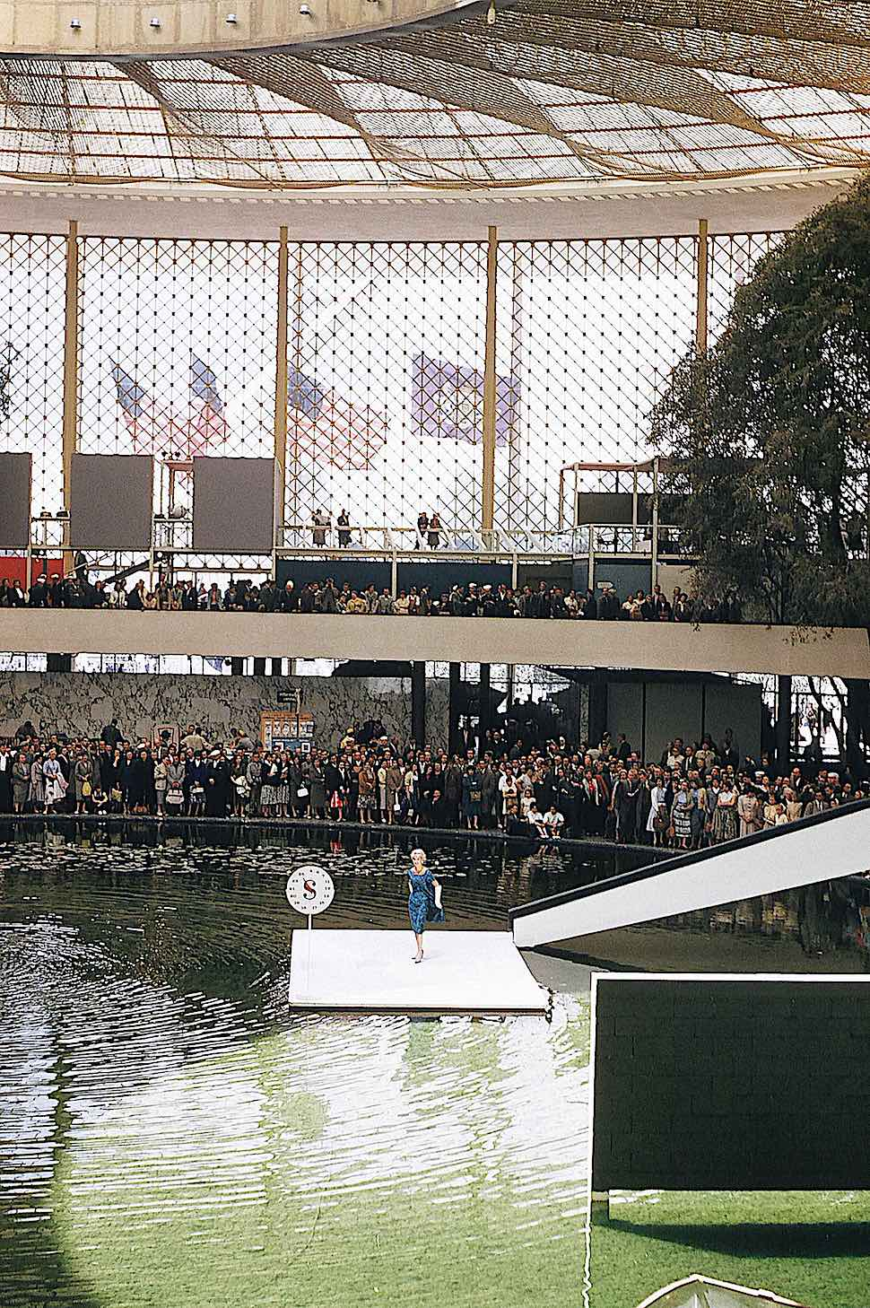 the 1958 World's Fair in Brussels, a color photograph of an event at the interior pond
