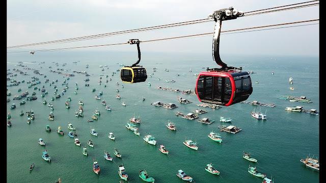 Phú Quốc đã chính thức mở tuyến cáp treo Hòn Thơm với chiều dài 7.899m nối liền thị trấn An Thới (vượt qua Hòn Dừa, Hòn Rỏi) đến xã đảo Hòn Thơm. Thời gian di chuyển chỉ mất khoảng 15 phút.         Cáp treo gồm 69 cabin và có tầm nhìn 360 độ ra quang cảnh biển. Đây là tuyến cáp treo được sách kỉ lục ghi nhận là cáp treo vượt biển dài nhất thế giới. Ngồi trên cáp treo bạn có thể nhìn thấy hết toàn bộ các đảo phía Nam Phú Quốc, là trải nghiệm mới toanh và rất đáng để check in một lần nếu đến Hòn Thơm. Giá cáp treo 500k/người.