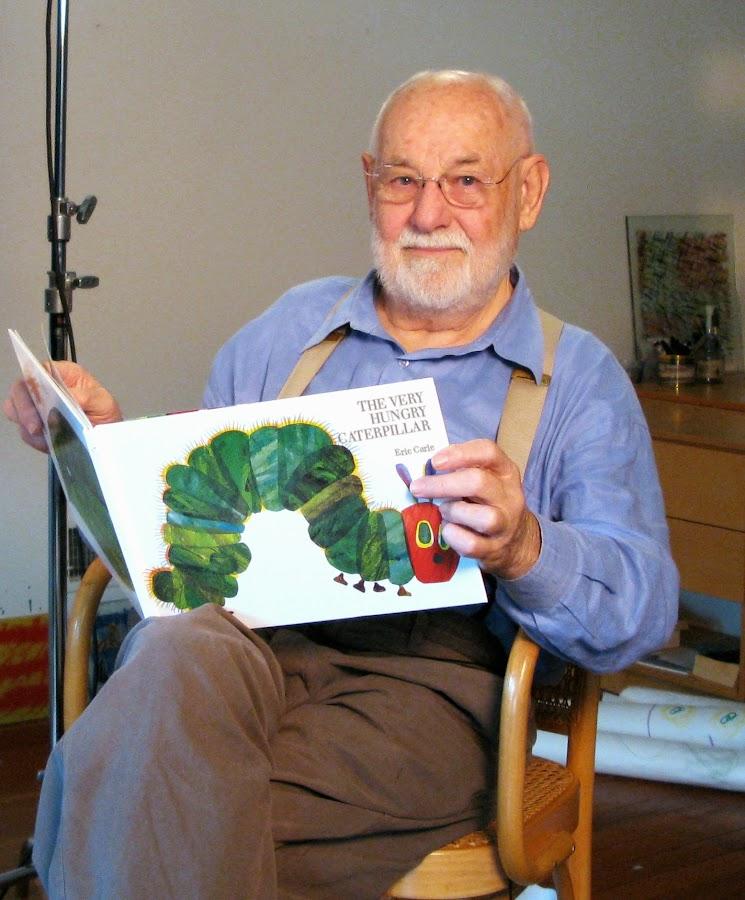 Eris Carle con el libro de la Oruguita glotona