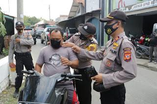 Kapolres Majalengka Dan TNI Bagikan Masker Gratis