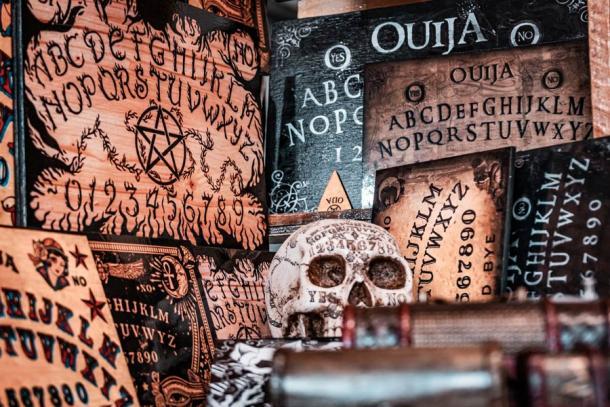 Le moderne tavole Ouija hanno mantenuto il modello generale dei primi modelli brevettati del XIX secolo.