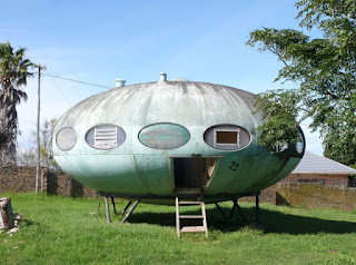 Casa del futuro con forma de platillo volante y entrada con escotilla