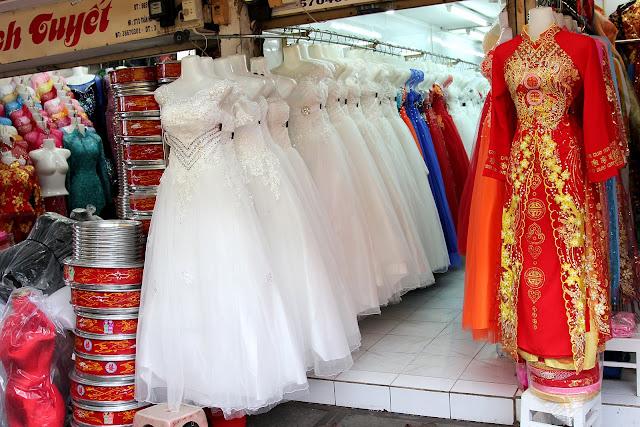 Một của hàng bán đồ cưới tại chợ