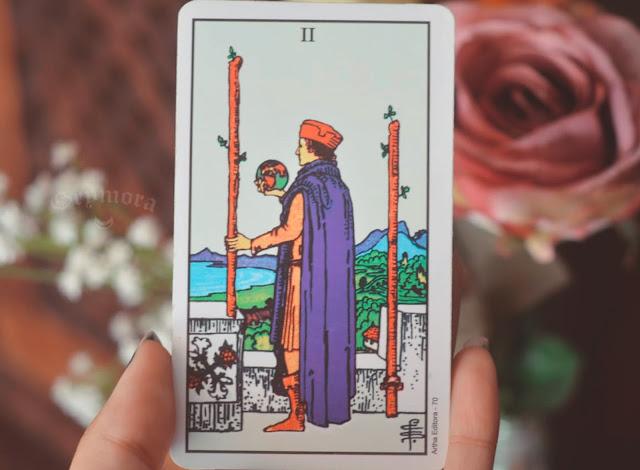 Saiba o significado da carta 2 de Paus no amor, dinheiro e trabalho, saúde, como obstáculo ou invertida e como conselho.