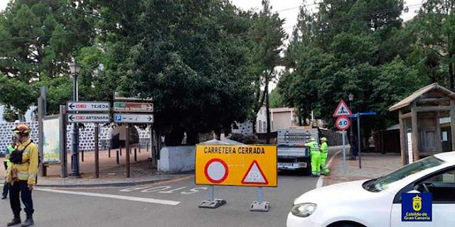 Carreteras cerradas por incendio forestal en Valleseco, Gran Canaria