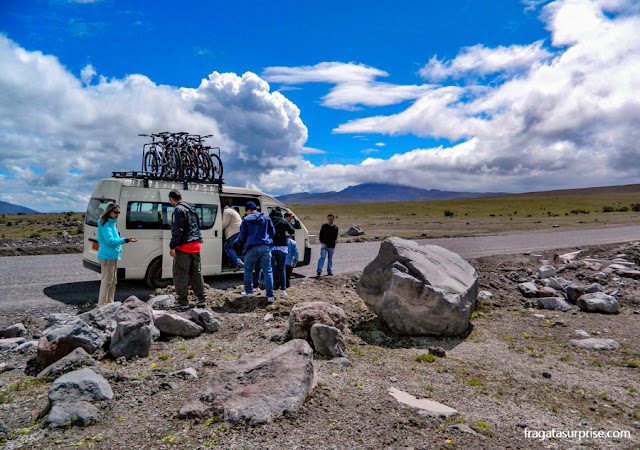Descida de bicicleta da encosta do Vulcão Cotopaxi, no Equador