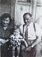 Rodzina Iwanowskich na schodach Starego Dworku