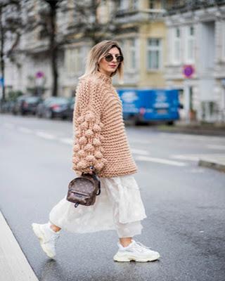 outfit de invierno con tenis y vestido tumblr