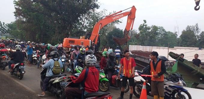 Alat Pasang Pondasi Roboh, Jalan Raya Bogor Macet Total