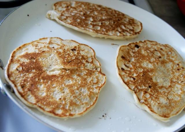 Pancakes bez glutenu z serkiem wiejskim