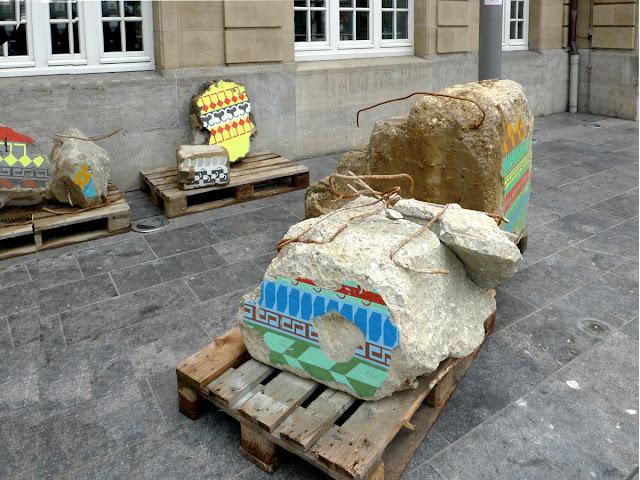 Compositions colorées rappelant les motifs gallo-romains peints sur des gros blocs issus de chantiers de démoloition du BTP