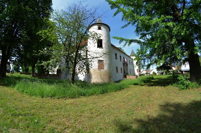 Zamek w Chobieni, koszenie trawy